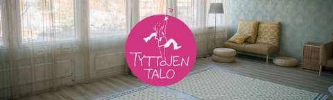 Kuva Tyttöjen talon salista, päällä logo.