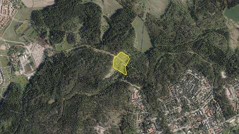 Ilmakuva, johon on merkitty keltaisella Latokasken viljelypalsta-alue.