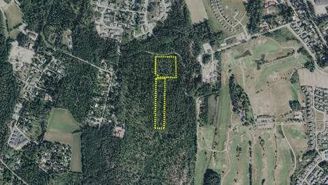 Metsäinen ja osin peltojen ympäröimä alue, johon piirretty aluerajaus.