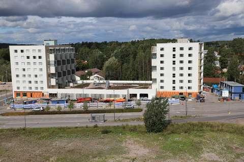 Kaksi uutta ja vaaleaa kahdeksankerroksista asuintaloa Finnoossa.