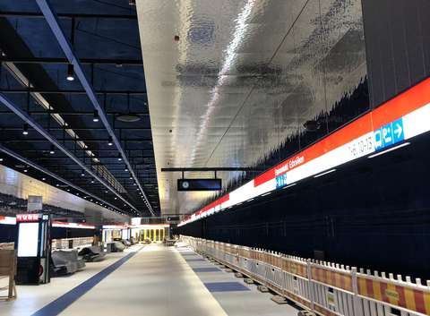 Kuva Espoonlahden metroaseman asemalaiturilta. Kuvassa näkyy heijastelevaa kattoa.