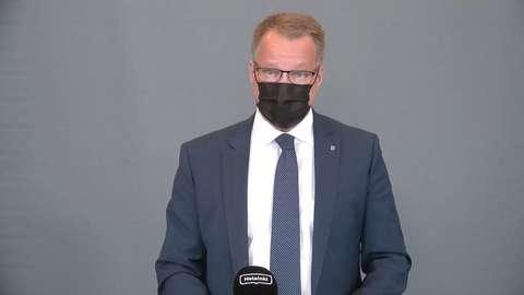 Kaupunginjohtaja Jukka Mäkelä puhuu Helsinki-mikrofoniin maski kasvoillaan.