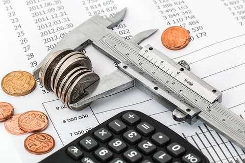 Kuva laskimesta, kynästä ja talousraportista