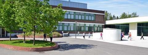 Rastaalan koulun koulurakennus.
