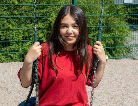 Emma Bucaya leikkipuiston keinussa.