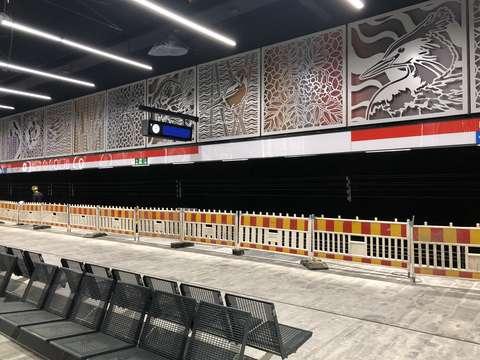 Kuva Finnoon metroaseman laiturilta. Seinällä Leena Nion teos Haavekuvia.