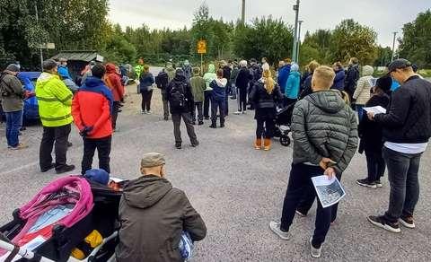 Runsaasti ihmisiä kokoontuneena Finnoon lintutornien parkkipaikalle.