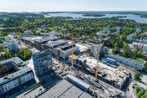Ilmakuva Espoonlahdesta, jossa näkyy metrotyömaa, taloja, puita ja meri