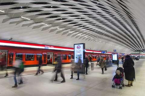 Ihmisiä liikkeellä Matinkylän metroasemalla.