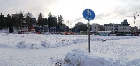 Alueen keski- ja eteläosassa sijaitsee nykyisin puistoaluetta, kävely- ja pyöräteitä, hulevesien viivytysaltaita sekä metron työmaa-aluetta.