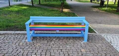 Värikäs Pride-penkki Leppävaaran kirsikkapuistossa.