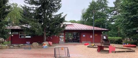 Olarin asukaspuiston rakennus ja piha-alue.