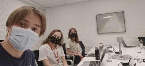 Selfie toimistolla, kuvassa kesätyöntekijät neuvottelupöydän äärellä