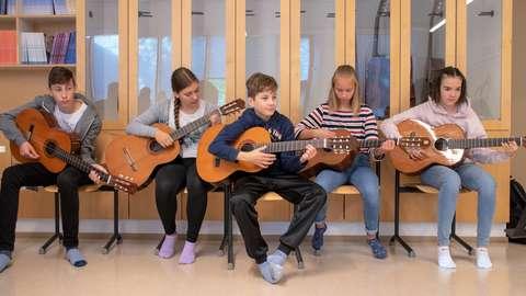 Leppävaaran koulun oppilaat soittavat kitaraa.