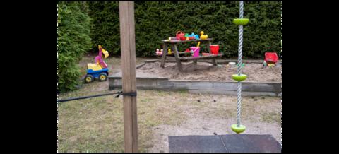 Lasten hiekkaleluja asukaspuiston hiekkalaatikolla.