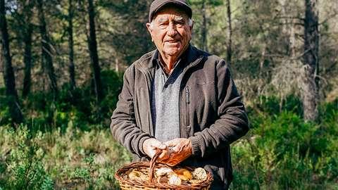 Mies sienimetsässä.