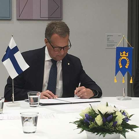 Mayor Jukka Mäkelä signed the collaboration agreement