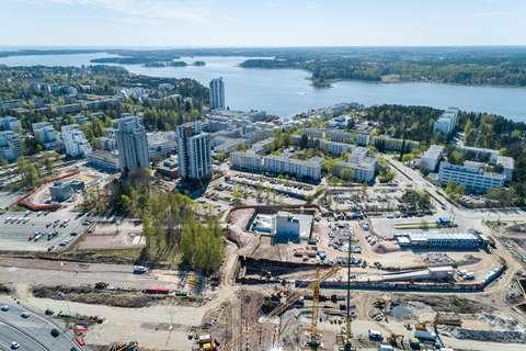 Ilmakuva Kivenlahdessa. Kuvassa näkyy metrotyömaa, teitä, taloja ja meri.